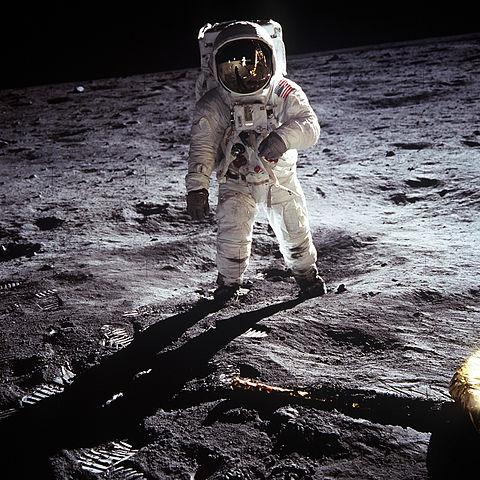 Resultado de imagem para primeiro homem a pisar na lua