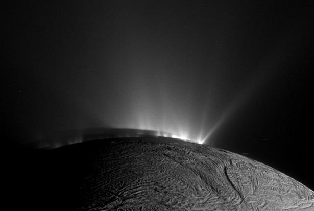 Géiseres e Plumas de Encélado