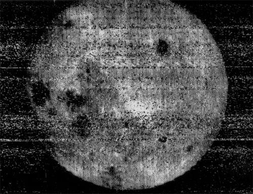 Lado oculto da Lua. Foto obtida pela Luna 3.